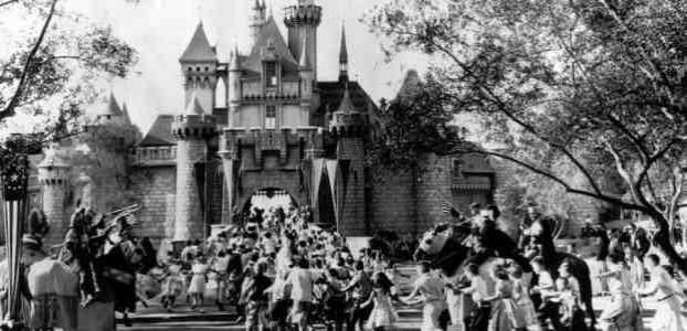 Crowds throught the castle